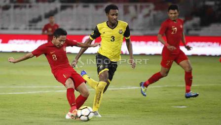 Evan Dimas tengah mengeksekusi bola ke arah gawang Vanuatu di Stadion Utama Gelora Bung Karno, Sabtu (15/06/19). Foto Herry Ibrahim