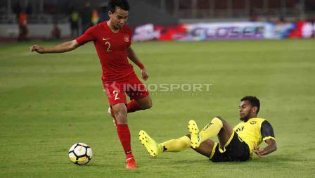 Novri Setiawan mengindari jegalan dari pemain Vanuatu di Stadion Utama Gelora Bung Karno, Sabtu (15/06/19). Foto Herry Ibrahim