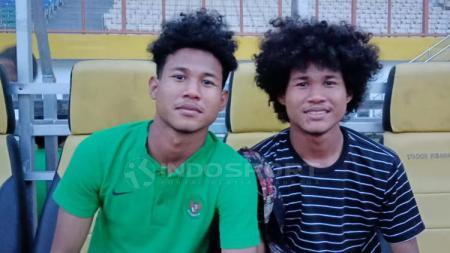 Bagas Kaffa (kiri) memberikan dukungan kepada sang adik, Bagus Kahfi (kanan), yang mendapat panggilan Timnas Indonesia senior. - INDOSPORT