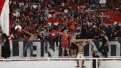 Indosport - Antusias suporter di tribun Stadion Utama Gelora Bung Karno menyaksikan laga uji coba Timnas Indonesia Senior melawan Vanuatu, Sabtu (15/06/19). Foto Herry Ibrahim