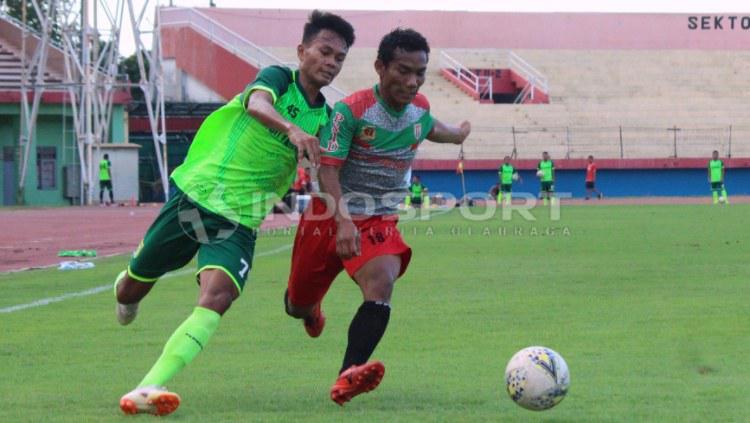 Koko Ari Araya Berusaha lepas dari hadangan pemain PSID Jombang saat pertandingan uji coba, Sabtu (15/6/19). (Foto: Fitra Herdian/INDOSPORT) Copyright: Fitra Herdian/INDOSPORT