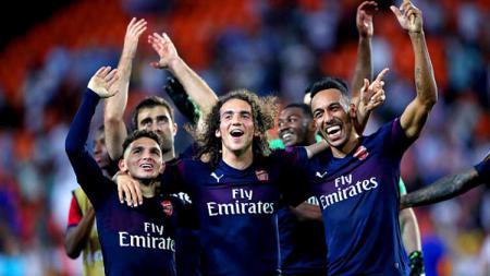 Matteo Guendozi (tengah) kedapatan membanting pemain Crystal Palace, Wilfried Zaha, saat Arsenal menjamu tamunya tersebut - INDOSPORT