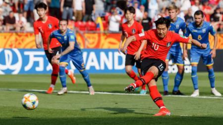 Lee Kang-in saat mengeksekusi tendangan penalti yang menjadi gol Korea Selatan di pertandingan final Piala Dunia U-20 2019 - INDOSPORT