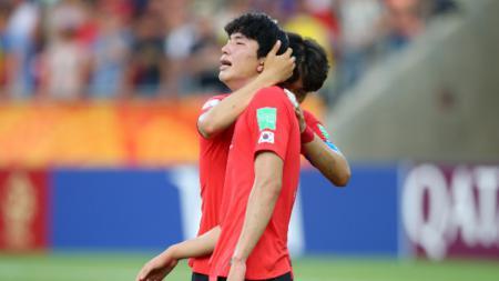 Dua pemain Korea Selatan U-20 tampak saling menguatkan usai gagal juara Piala Dunia U-20 2019. (Foto: Alex Livesey - FIFA/FIFA via Getty Images) - INDOSPORT
