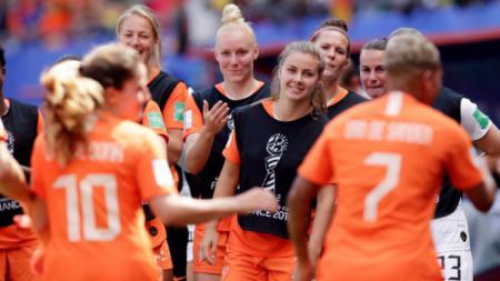 Para pemain Timnas Wanita Belanda merayakan keberhasilan lolos ke babak 16 besar Piala Dunia Wanita 2019. (Foto: Eric Verhoeven/Soccrates/Getty Images) - INDOSPORT