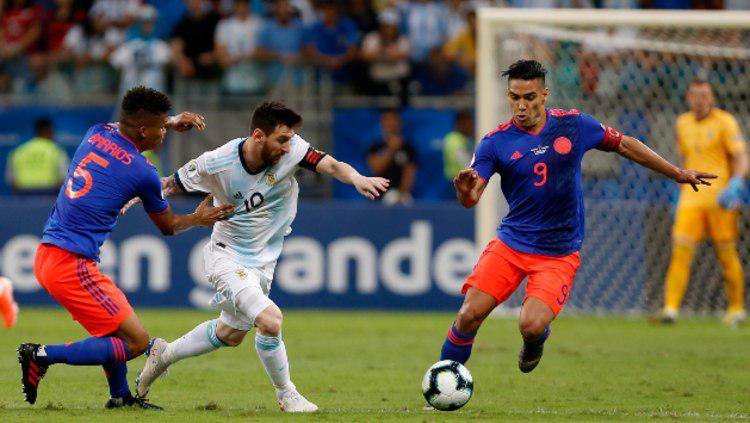 Lionel Messi mendapat penjagaan ketat dalam pertandingan Argentina vs Kolombia di Copa America 2019. (Foto: Wagner Meier/Getty Images) Copyright: Wagner Meier/Getty Images