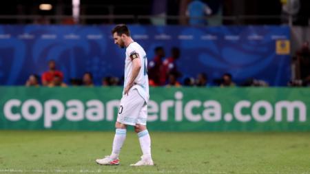 Lionel Messi tertunduk lesu dalam pertandingan Copa America 2019 antara Argentina vs Kolombia. (Foto: Bruna Prado/Getty Images) - INDOSPORT