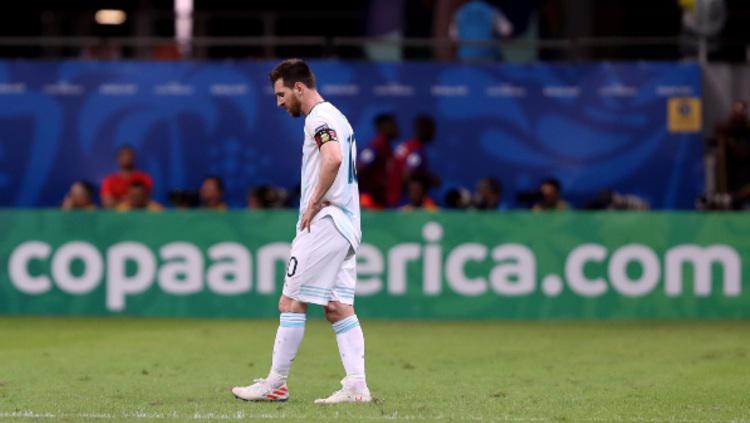 Lionel Messi tertunduk lesu dalam pertandingan Copa America 2019 antara Argentina vs Kolombia. (Foto: Bruna Prado/Getty Images) Copyright: Bruna Prado/Getty Images