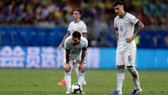 Indosport - Lionel Messi tertunduk lesu dalam pertandingan Copa America 2019 antara Argentina vs Kolombia. Foto: Gustavo Ortiz/Jam Media/Getty Images