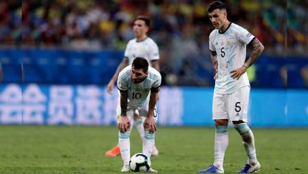 Lionel Messi tertunduk lesu dalam pertandingan Copa America 2019 antara Argentina vs Kolombia. Foto: Gustavo Ortiz/Jam Media/Getty Images