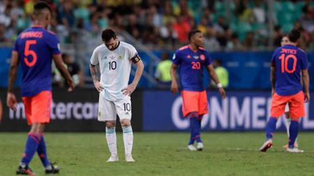 Lionel Messi tertunduk setelah timnya mengalami kekalahan atas Kolombia, Minggu (16/06/2019). Foto: Jam Media/Getty Images - INDOSPORT