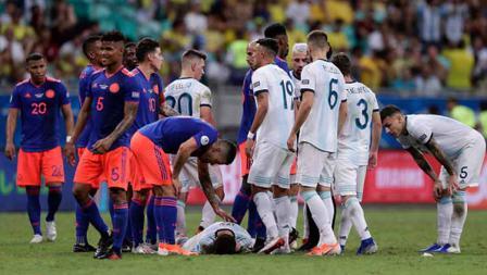 Pelanggaran dialami Lionel Messi atas pemain Kolombia dalam pertandingan Copa America 2019 antara Argentina vs Kolombia. Foto: Gustavo Ortiz/Jam Media/Getty Images