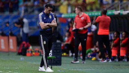 Pelatih Argentina, Lionel Scaloni tertunduk lesu saat timnya mengalami kekalahan atas Kolombia dalam pertandingan Copa America 2019 antara Argentina vs Kolombia. Foto: Gustavo Ortiz/Jam Media/Getty Images