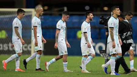 Pemain Argentina meninggalkan lapangan setelah dikalahkan 2-0 oleh Kolombia saat turnamen Copa America 2019, Minggu (16/06/2019). Foto: JUAN MABROMATA/AFP/Getty Images - INDOSPORT