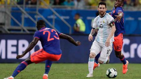 Pemain Argentina, Lionel Messi dari mengontrol bola di bawah tekanan dari pemain Kolombia, Jefferson Lerma pertandingan antara Argentina vs Kolombia, Minggu (16-06-2019). Foto: Gustavo Ortiz/Jam Media/Getty Images - INDOSPORT