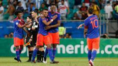 Indosport - James Rodriguez (kanan) dan rekannya di Timnas Kolombia, Duvan Zapata, menjadi buruan Napoli untuk hentikan dominasi Juventus