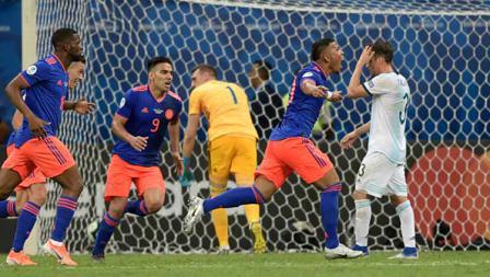Selebrasi pemain Kolombia, Roger Martinez usai gol ke gawang Argentina pada pertandingan Copa America mereka di Fonte Nova Arena di Salvador, Brasil, Minggu (16/06/2019). Foto: JUAN MABROMATA/AFP/Getty Images