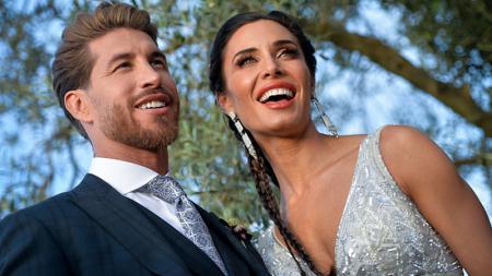 Sergio Ramos bersama istrinya, Pilar Rubio, berpose di acara pernikahan mereka. - INDOSPORT