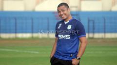 Indosport - Sahari Gultom pelatih kiper Timnas Indonesia. Foto: Ronald Seger Prabowo/INDOSPORT