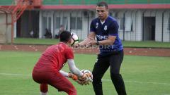 Indosport - Pelatih kiper PSMS Medan, Sahari Gultom, bertugas di timnas Indonesia U-19. Foto: Ronald Seger Prabowo/INDOSPORT