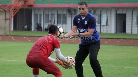 Pelatih kiper PSMS Medan, Sahari Gultom, bertugas di timnas Indonesia U-19. Foto: Ronald Seger Prabowo/INDOSPORT - INDOSPORT