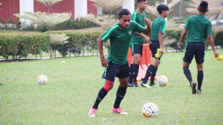Pemain timnas Indonesia U-19, Hamsa Medari Lestaluhu, berlatih bareng rekan setim. Foto: Dokumen Pribadi - INDOSPORT