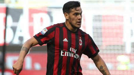 Gustavo Gomez saat masih memperkuat AC Milan, kini jadi incaran terbaru Lazio. - INDOSPORT