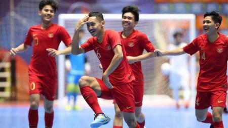 Para pemain Timnas Futsal Indonesia U-20 saat merayakan gol kedua di Piala AFC Futsal U-20 2019, Minggu (16/06/19). - INDOSPORT