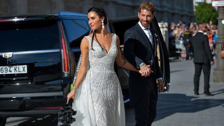 Sergio Ramos bersama istrinya, Pilar Rubio, berpose di acara pernikahan mereka_jpg - INDOSPORT