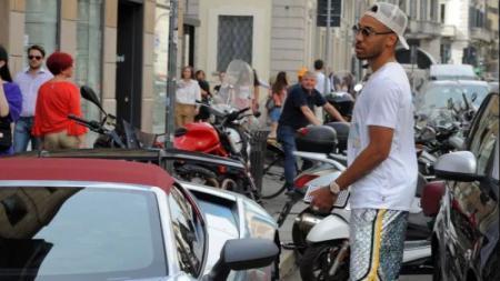 Pemain Arsenal,Pierre-Emerick Aubameyang sedang berbelanja di Milan - INDOSPORT