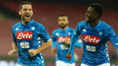Indosport - Bintang Napoli, Amadou Diawara (kanan), dilaporkan akan segera merapat ke AC Milan setelah agen sang pemain bertemu Paolo Maldini. Carlo Hermann/KONTROLAB /LightRocket via Getty Images.