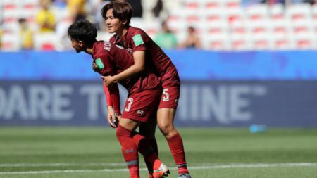 Natthakarn Chinwong dan Ainon Phancha dalam pertandingan Swedia vs Thailand di Piala Dunia Wanita 2019, Minggu (16/06/19) WIB. (Foto: Elsa/Getty Images) - INDOSPORT