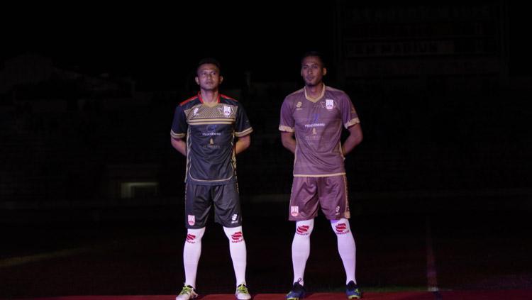 Jersey kiper (kiri) dan jersey ketiga (kanan) Persis Solo di musim 2019 ini Copyright: Media Persis Solo