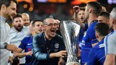 Indosport - Maurizio Sarri saat mempersembahkan gelar Liga Europa untuk Chelsea.