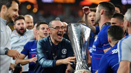 Maurizio Sarri saat mempersembahkan gelar Liga Europa untuk Chelsea - INDOSPORT