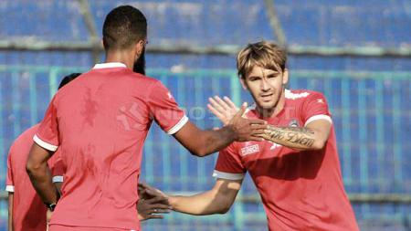 Selebrasi gol Pavel Smolyachenko dalam laga uji coba Arema FC melawan tim U-20, Minggu (16/6/19). - INDOSPORT