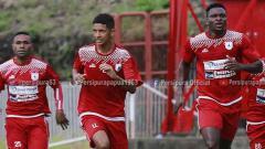 Indosport - Anak Kandung Luciano Leandro, Klisman Gomes Leandro (tengah) saat ikut berlatih bersama tim Persipura Jayapura di Stadion Mandala