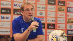 Indosport - Pelatih Persib Bandung, Robert Rene Alberts menjelaskan kelemahan yang dimiliki timnya saat menghadapi Tira Persikabo.