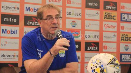 Robert Rene Alberts yakin bisa mengalahkan Arema FC meski tak diperkuat beberapa pilar pentingnya. - INDOSPORT