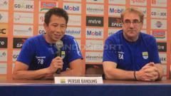Indosport - Penjaga gawang Persib Bandung, I Made Wirawan (kiri) ditemani Robert Rene Alberts dalam jumpa pers menjelang laga kontra Tira-Persikabo, Senin (17/6/19).