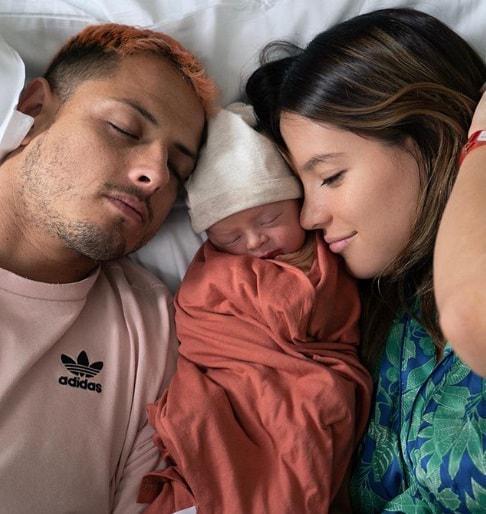Foto manis Chicharito dan Sarah Kohan setelah dikaruniai seorang bayi laki-laki yang diberi nama Noah. Copyright: Instagram @sarahkohan