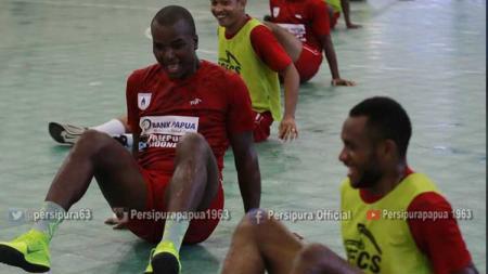 Skuat Persipura Jayapura saat menjalani sesi latihan di Arena Futsal Boulevard, Kota Jayapura. - INDOSPORT
