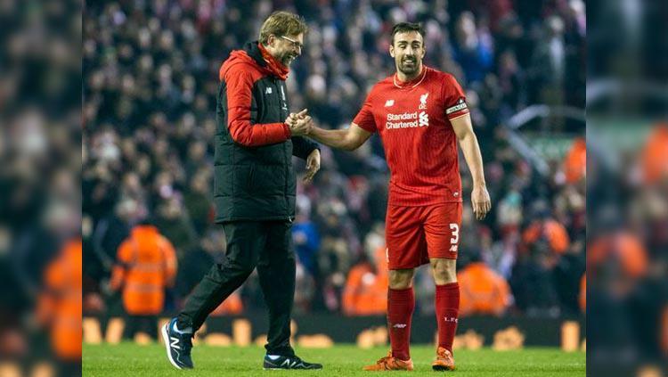 Pelatih Jurgen Klopp (kiri) dan mantan pemain Liverpool Jose Enrique (kanan). Copyright: James Maloney/liverpoolecho.co.uk