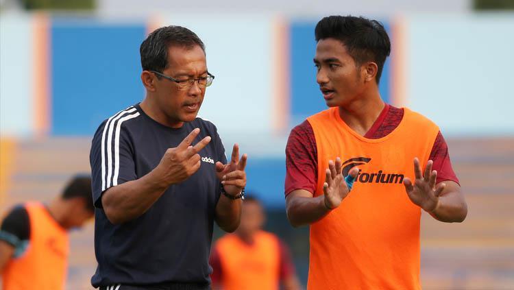 Pelatih Aji Santoso (kiri) dan gelandang Persela Lamongan Muhammad Hambali Tolib (kanan) saat berlatih. Copyright: Abdul Rozak/Persela Football
