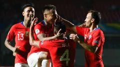 Indosport - Aksi selebrasi pemain timnas Chile melawan Jepang di Copa America 2019 stadion Morumbi. (06/18/19). Alexandre Schneider/Getty Images