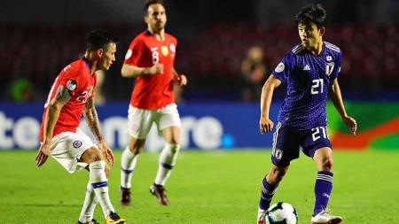 Takefusa Kubo (kanan) menunjukkan skill memukau saat sesi latihan Real Madrid. Chris Brunskill/Fantasista/Getty Images. - INDOSPORT