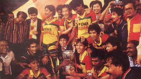 Ristomoyo Kassim (pegang piala) pemain Indonesia pertama berkarier di Malaysia bersama Selangor FA. - INDOSPORT