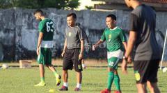 Indosport - Danang Suryadi menjalani tugas pertamanya pelatih fisik Persebaya, saat latihan di Lapangan Jenggolo, Sidoarjo. Senin (17/06/19).