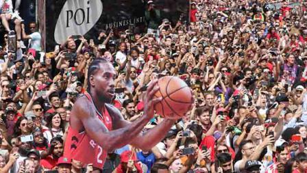 Gambar Kawhi Leonard dibawa suporter di acara parade kemenangan Toronto Raptors.