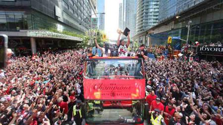 Parade perayaan gelar juara NBA 2019 yang digelar Toronto Raptors dan dihadiri jutaan pendukungnya. - INDOSPORT